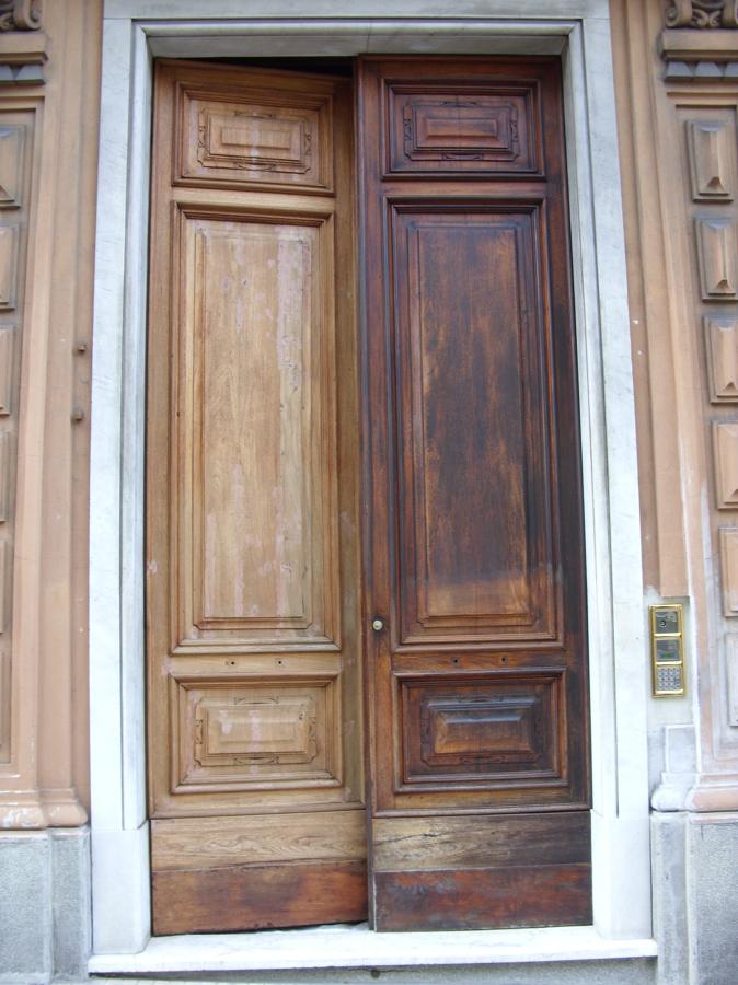 Foto restauro di un portone di un antico palazzo di - Restauro finestre in legno ...