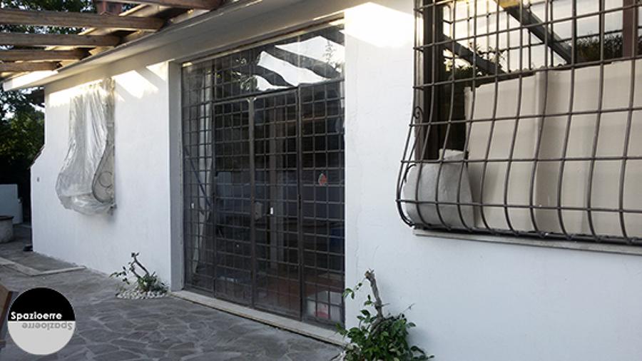 Rifacimento delle facciate con intonaco tirato a fasce e quarzo bianco