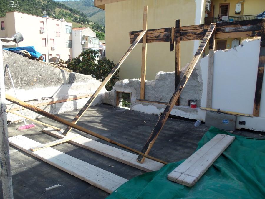 Modifica da copertura a falda inclinata a terrazzo coperto for Tettoia inclinata del tetto