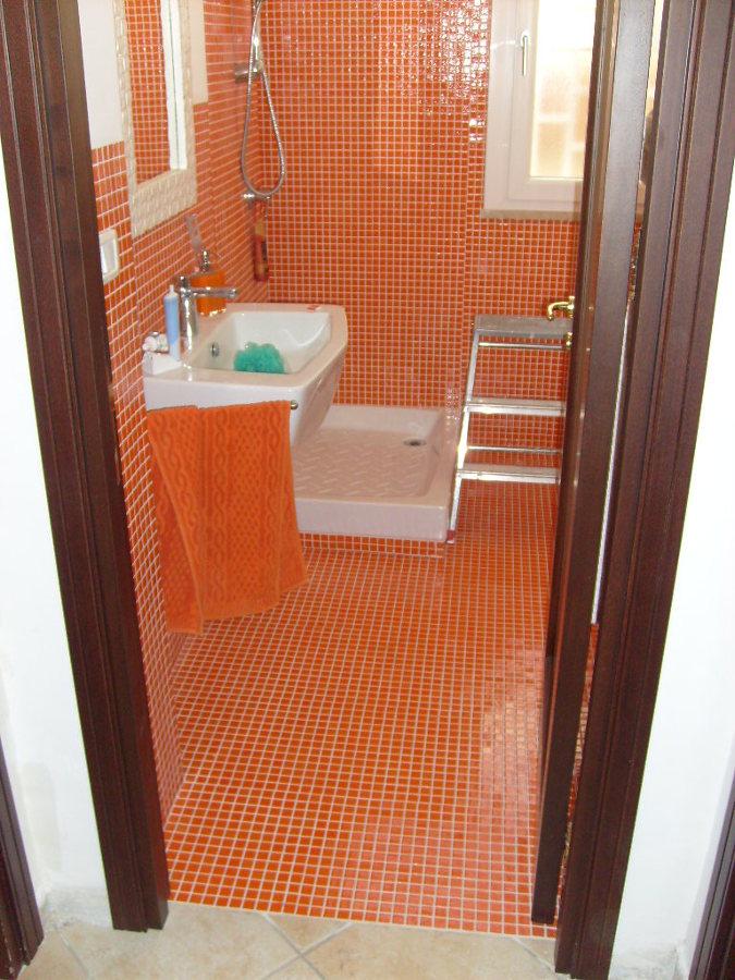 Foto ristrutturazione bagno con rivestimento e pavimento - Rivestimento mosaico bagno ...