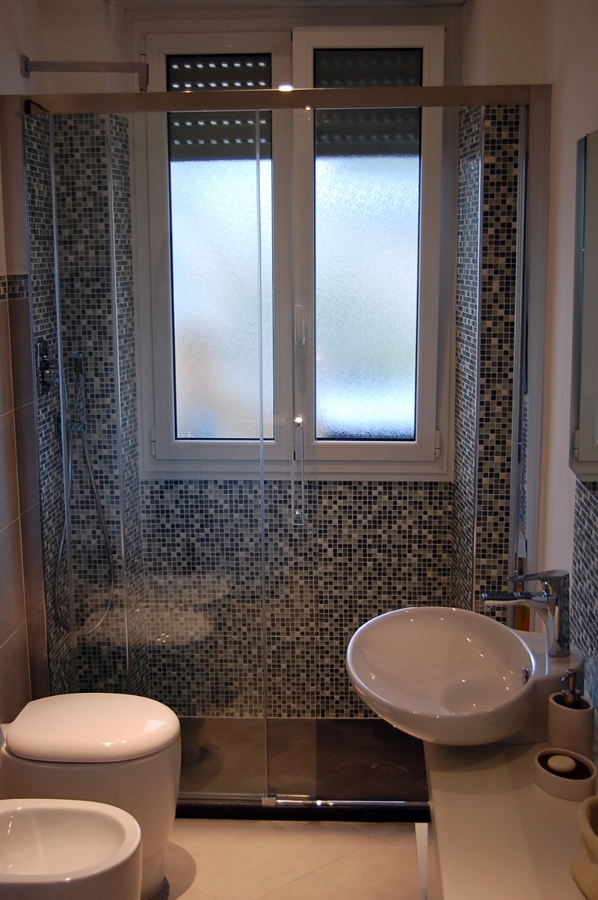 Progetto per bagno con mosaico boxer idee ristrutturazione bagni - Bagno con doccia davanti finestra ...