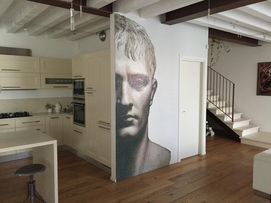 Ristrutturazione di abitazione con volto in mosaico di Napoleone