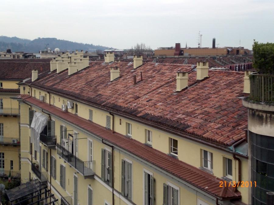 Risultato finale di un intervento di rifacimento facciate e tetto coibentato condominio in centro a Torino.