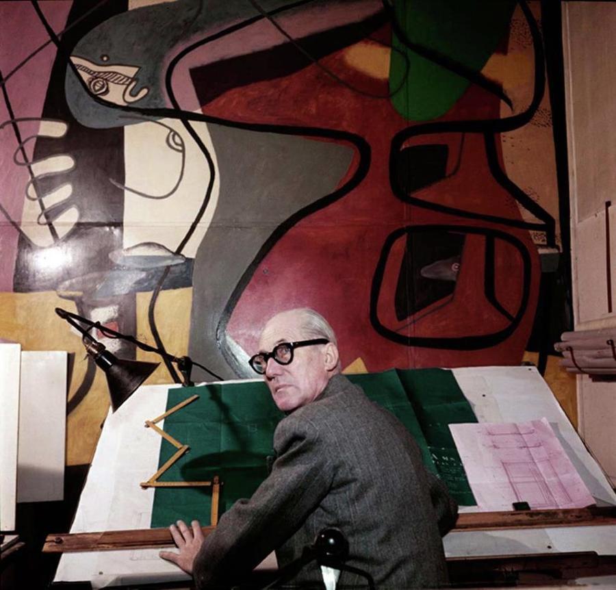 Ritratto di Le Corbusier al tavolo da disegno