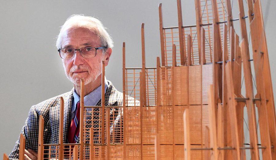 Ritratto di Renzo Piano con un modello del Centro culturale Jean-Marie Tjibaou