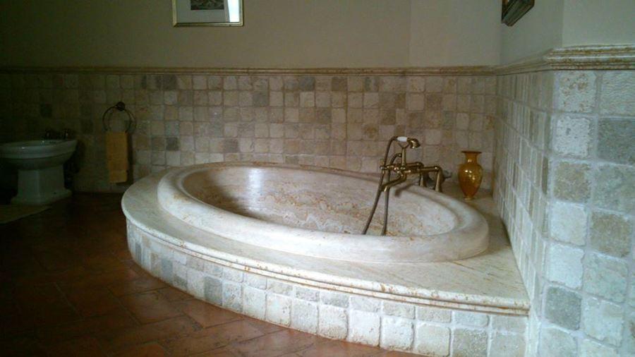 Rivestimento Vasca Da Bagno Roma : Foto rivestimento bagno e vasca a massello travertino di marmi