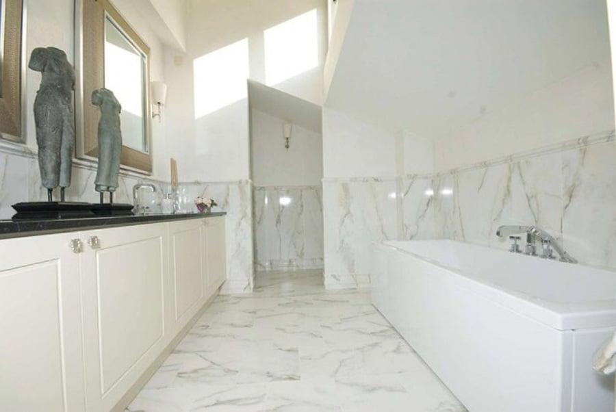 Foto rivestimento bagno in calacatta di zanco marmi di - Rivestimento bagno classico ...