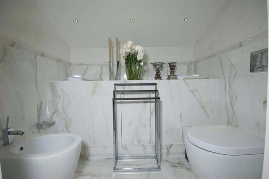 Foto rivestimento bagno in calacatta di zanco marmi di - Rivestimento bagno in marmo ...
