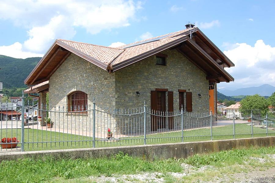 Rivestimento casa in pietra naturale idee costruzione case for Case con facciate in pietra