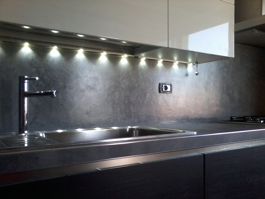 Rivestimento in resina decorativa di cucina idee imbianchini - Parete cucina resina ...