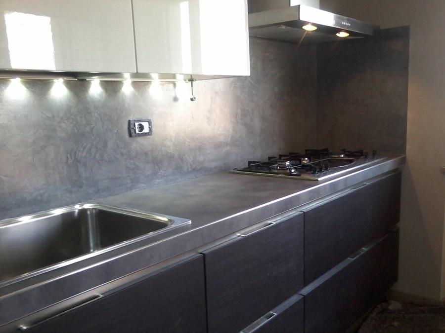 Rivestimento in resina decorativa di cucina idee imbianchini - Cucina senza piastrelle ...