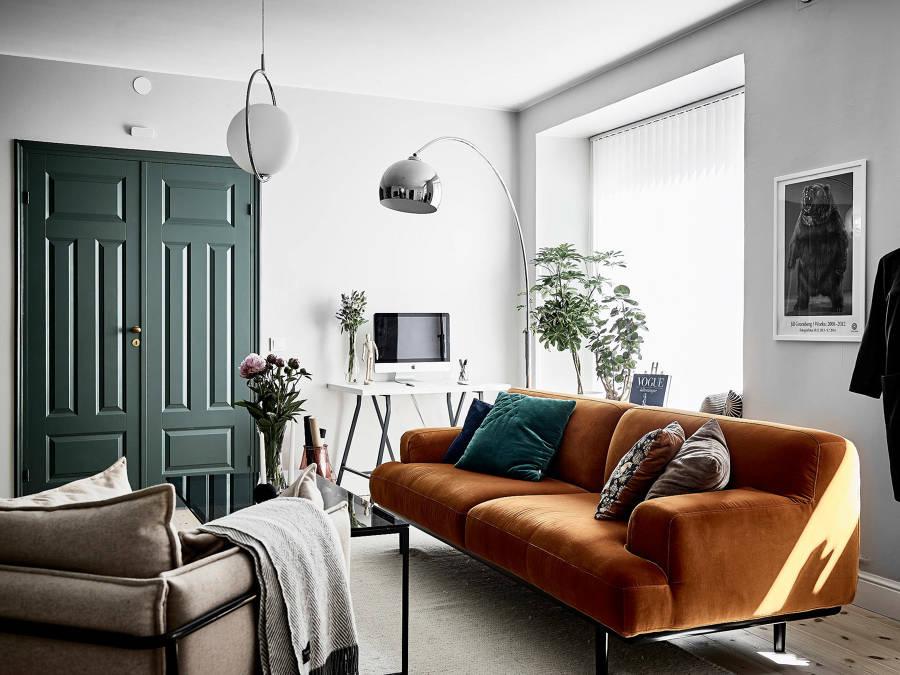 Salotto con divano arancione