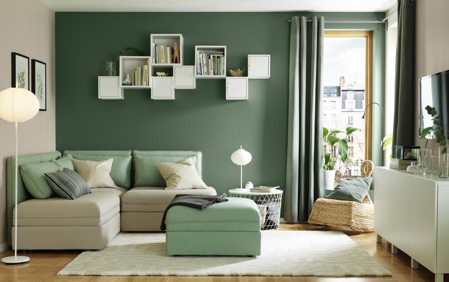 Pareti Salotto Verde : Foto: salotto con parete verde e mobili bianchi di rossella