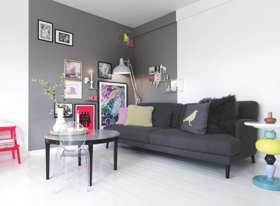 Salotto con pareti grigie e bianche