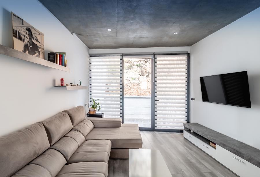 Salotto con soffitto in cemento