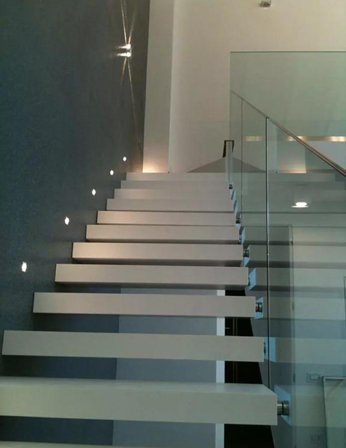 Foto scala a gradini sospesi illuminazione a led di - Illuminazione scale a led ...