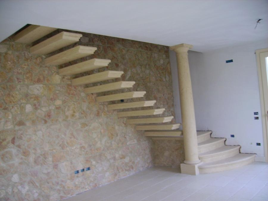 Foto scala a sbalzo in pietra gialla di vicenza di for Disegni di scale esterne di case indiane