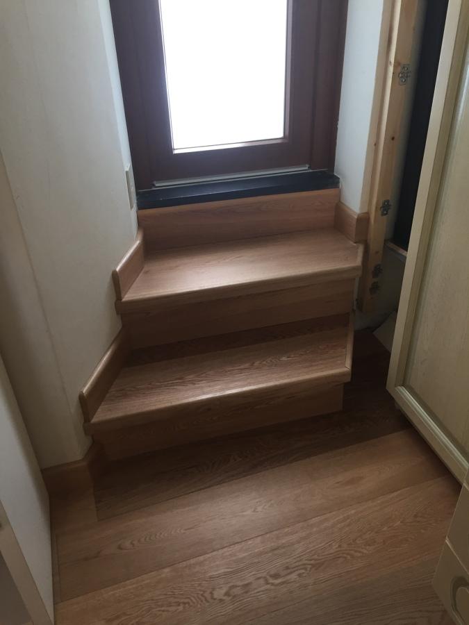 Scala e pavimento in legno