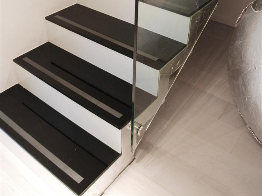 scala in cristallo nero e bianco