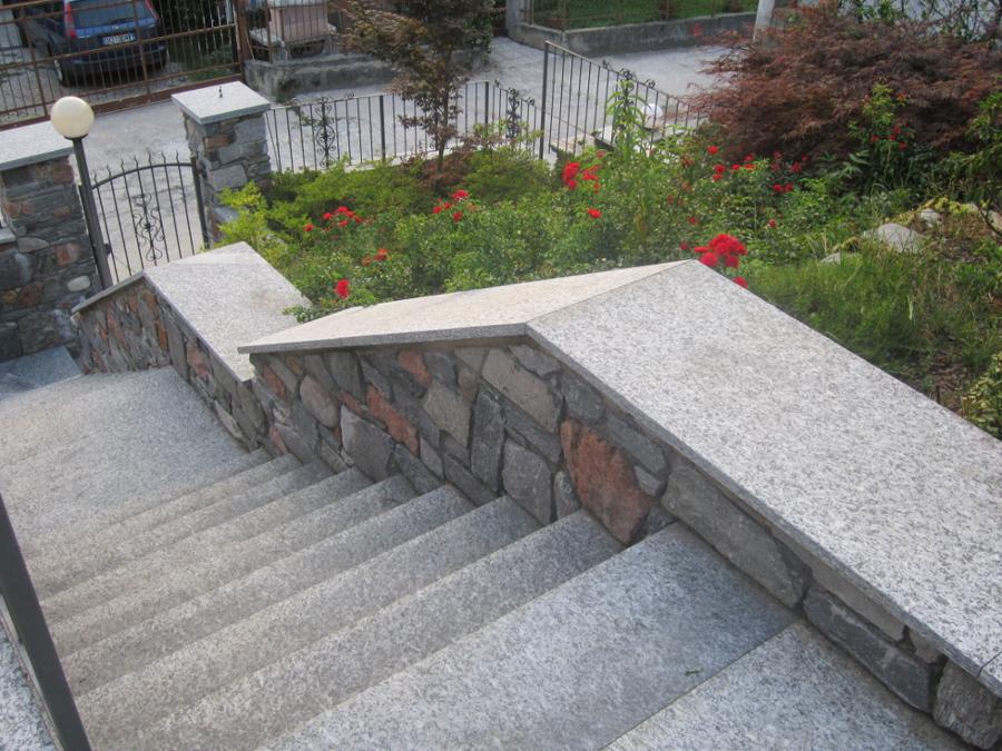 Scala in granito e muri in sasso naturale