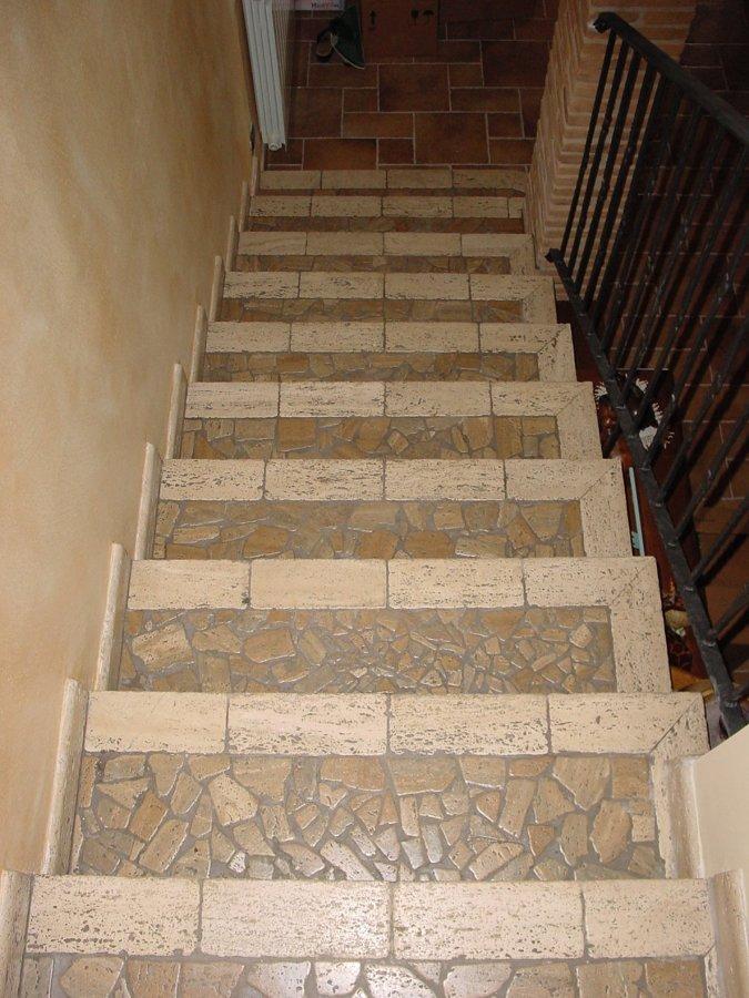 Foto scala in travertino e travertino noce di i ciottoli - Piastrelle per scale esterne ...