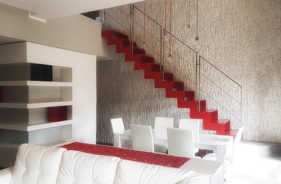 scala MEGAN CHIC con gradini in metallo e ringhiera in acciaio inox