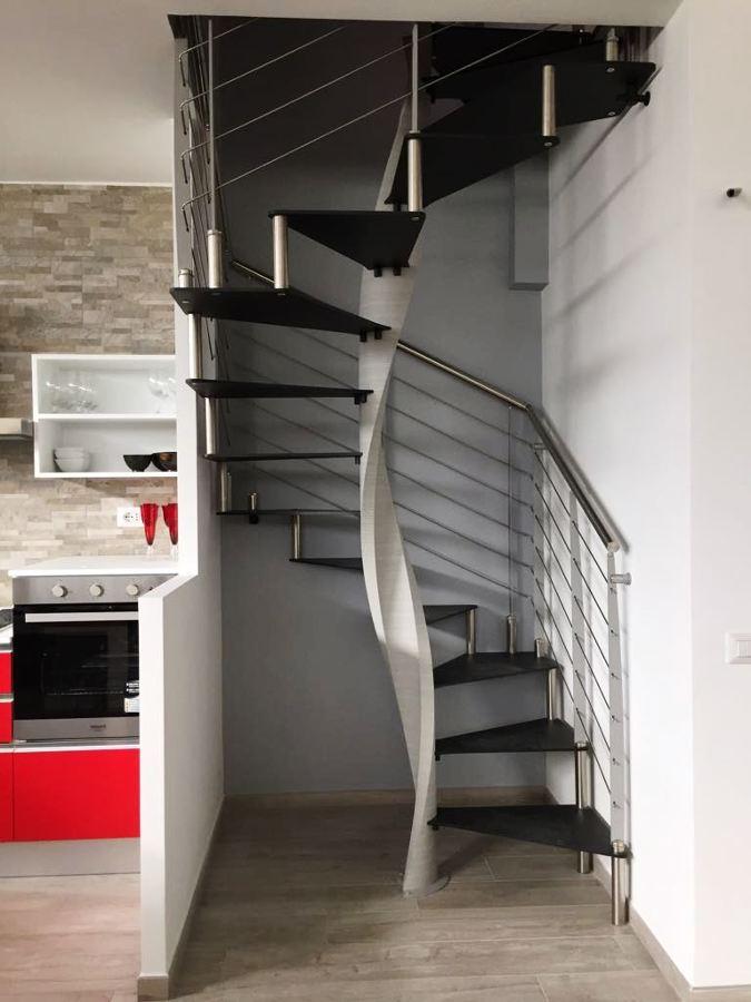 scala MELANIA QUADRA con gradini in metallo