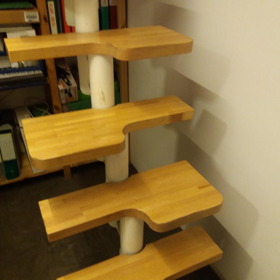 Scala salvaspazio in acciaio verniciato bianco e gradini in faggio chiaro