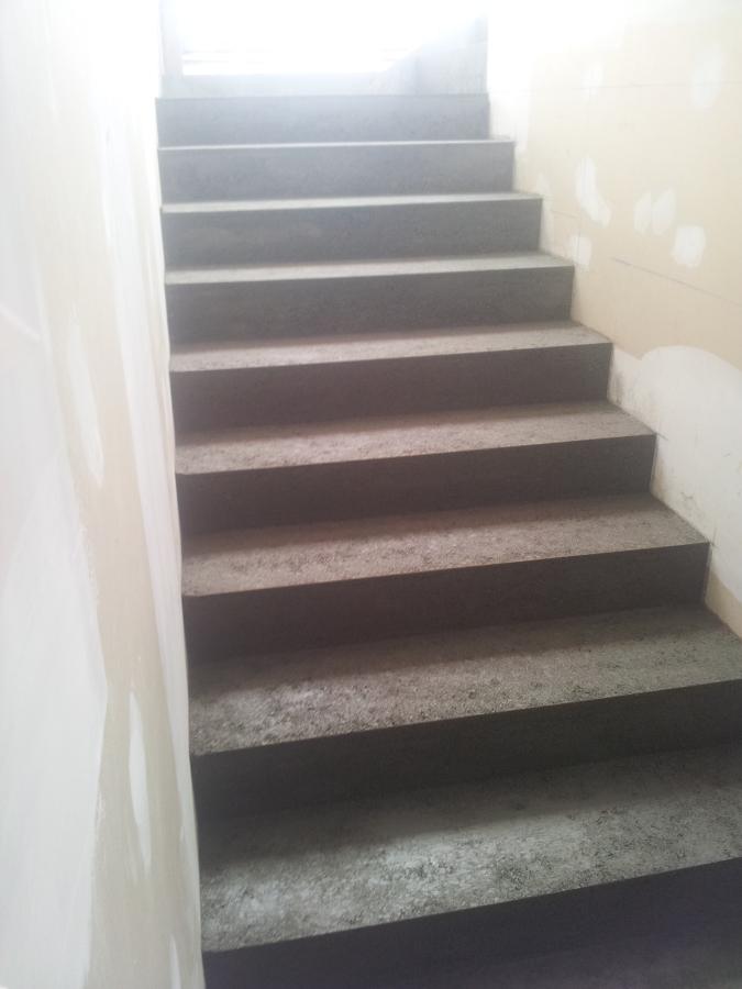 Foto scale in gres porcellanato di ristrutturazioni edili for Gres porcellanato per scale interne