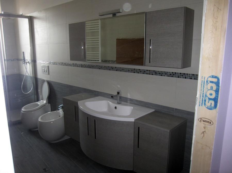 Foto secondo bagno con mobile bagno in mdf e lavabo in - Mobile lavello bagno ...