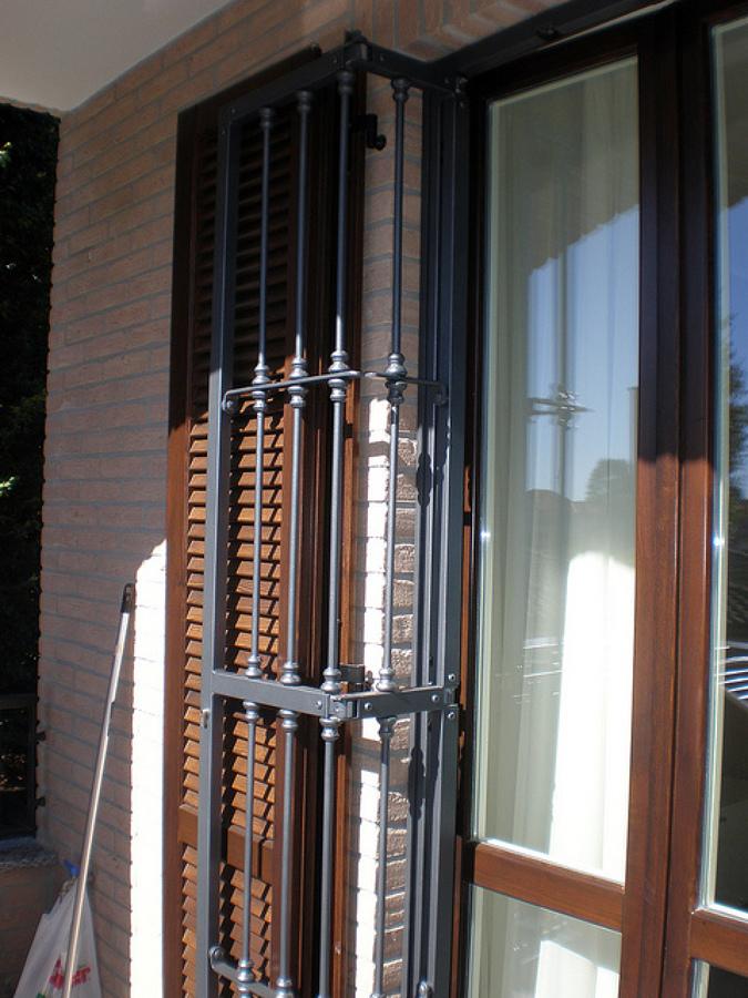 Progetto posa serramenti e persiane in legno inferriate for Disegno finestra con persiane