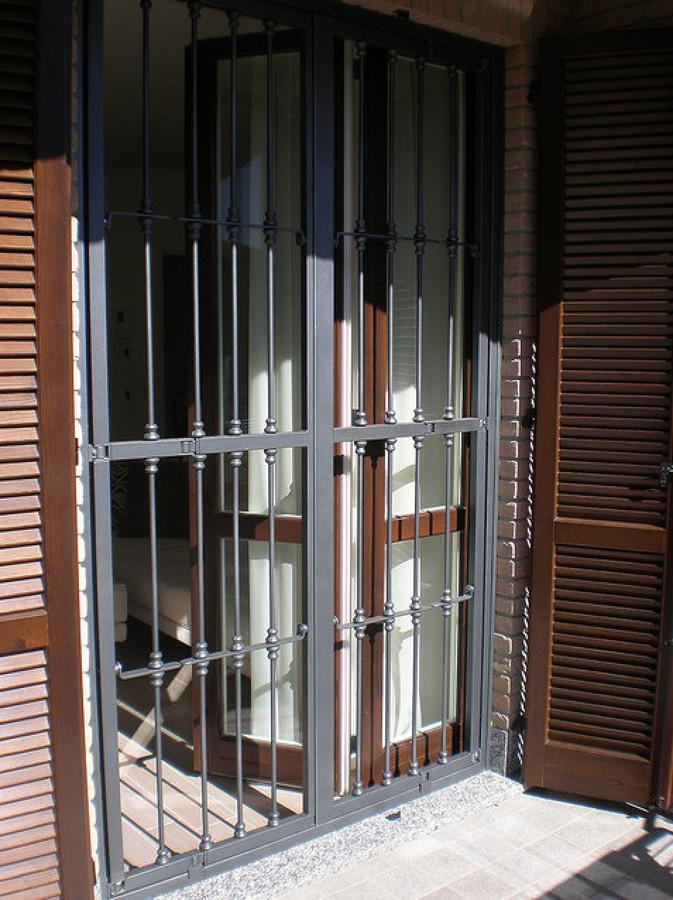 Progetto posa serramenti e persiane in legno inferriate in ferro idee falegnami - Inferriate mobili per finestre ...