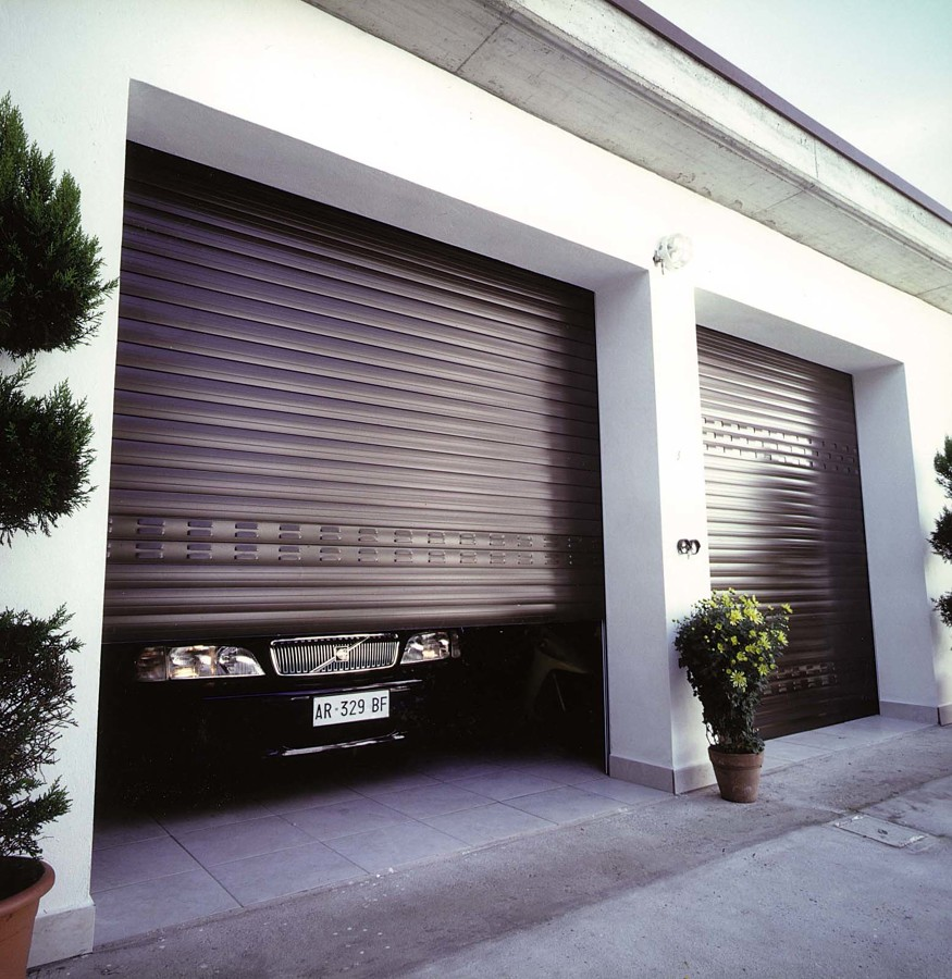 Come scegliere i serramenti per il garage idee porte - Porta garage scorrevole ...