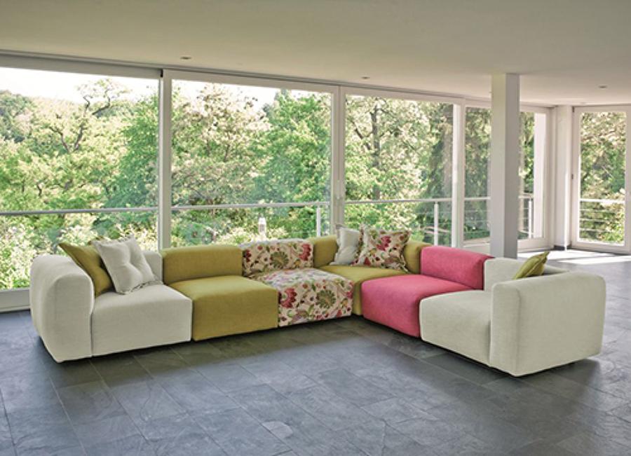 Come arredare il salone con divani colorati idee for Divani colorati