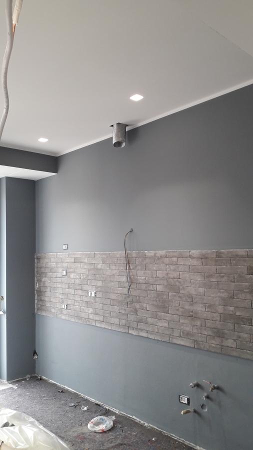 Soggiorno con cucina a vista particolare della parete attrezzata della cucina