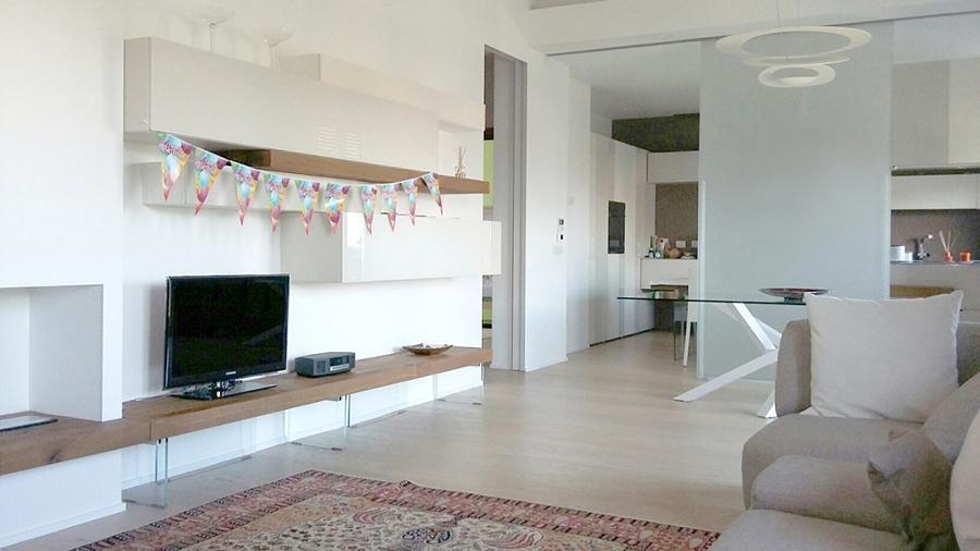 https://it.habcdn.com/photos/project/big/soggiorno-modernissimo-pieno-di-high-tech-360698.jpg