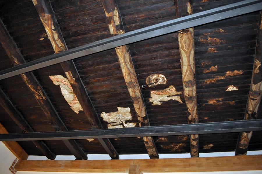 Solai di copertura in travi lignee settecentesche rivestite da lacerti di carta dipinta, consolidati con nuove travi di legno lamellare. a mano