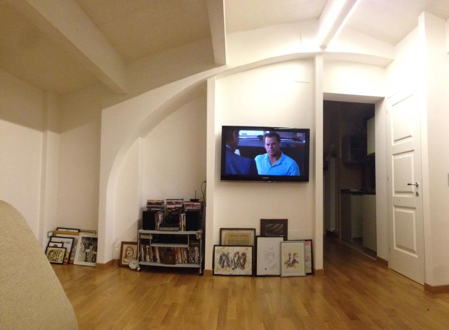Come arredare una stanza irregolare idee mobili - Divano di fronte alla porta d ingresso ...
