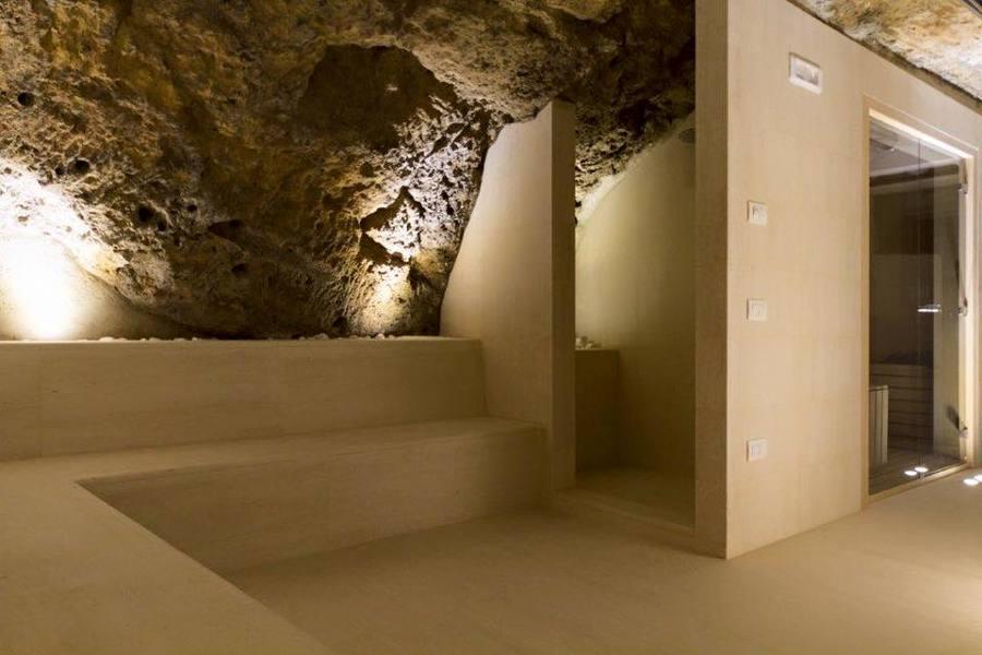 spa scavata nel tufo ,illuminazione d'effetto