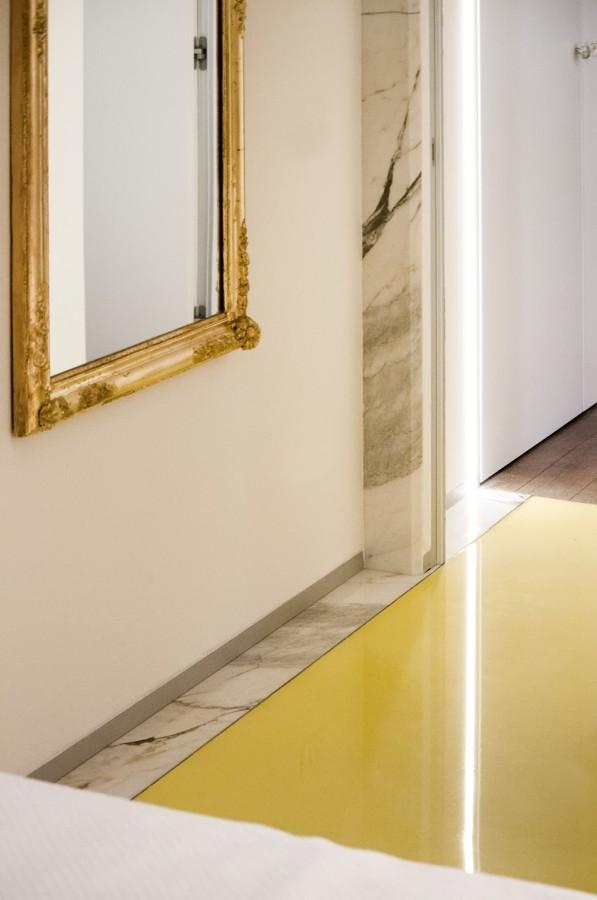 Ristrutturazione di un appartamento di 90 m idee - Specchio con cornice dorata ...