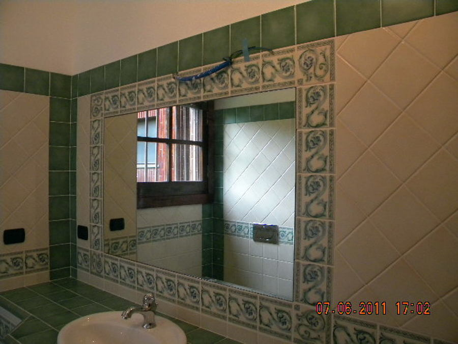 Foto specchio incassato dentro cornice in ceramica di ir - Specchio bagno incassato ...