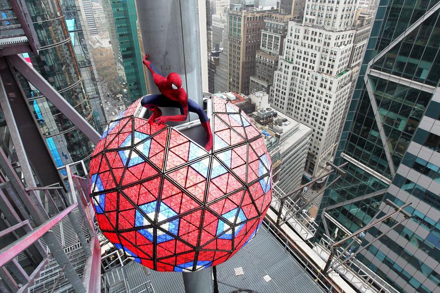 spiderman e la sfera di Times Square