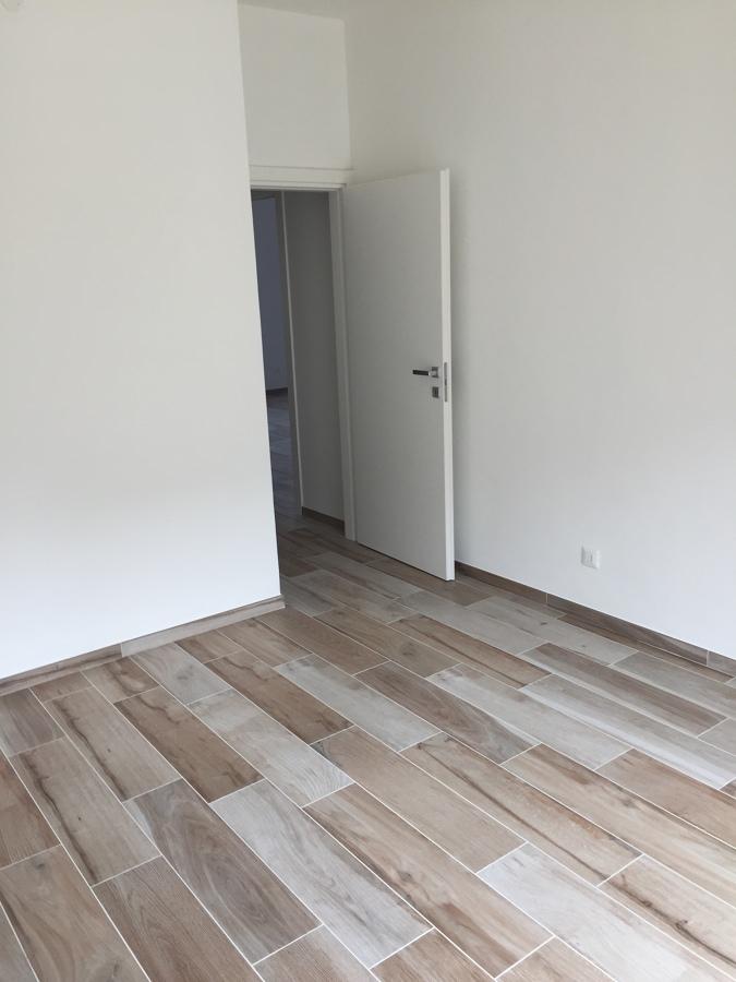 Stanza con porte nuove e pavimento