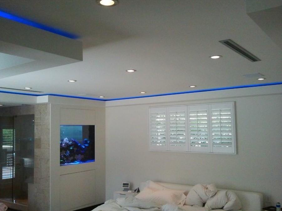 Foto striscia led blu in camera da letto di verde mattone - Controsoffitto camera da letto ...