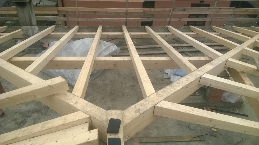 Struttura tetto in legno lamellare.