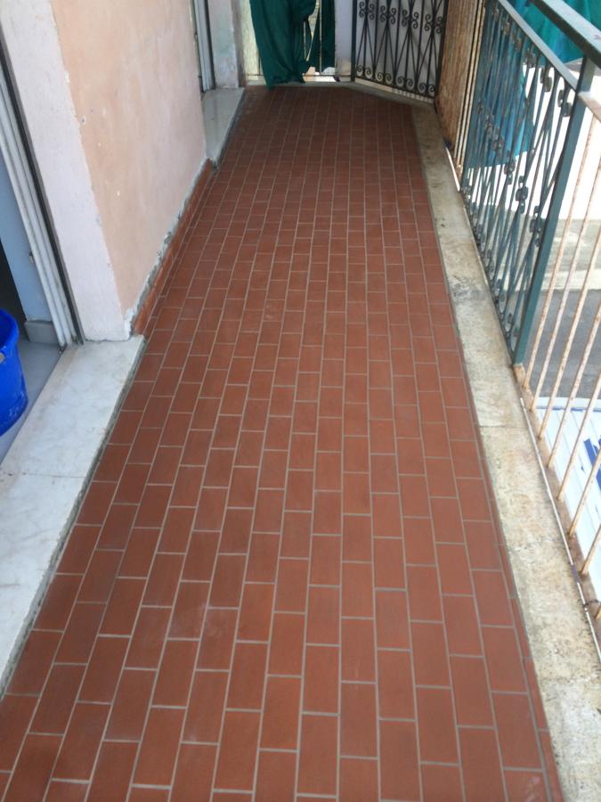 Foto stuccatura pavimento balcone di edil ristructura di bigoni michele 202237 habitissimo - Piastrelle per balconi ...