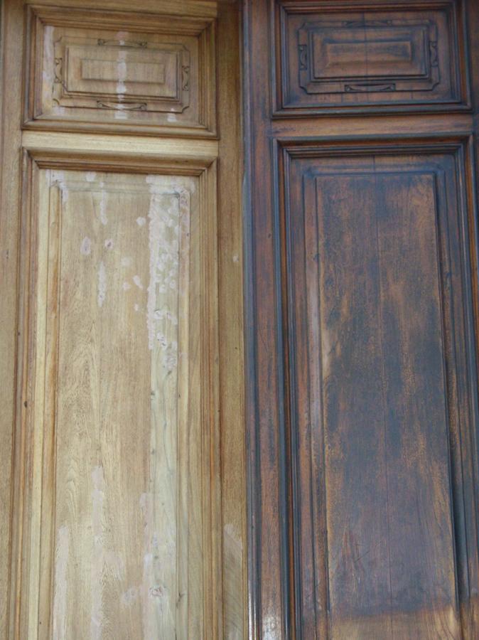 Sverniciatura e stuccatura di un portone di un antico palazzo