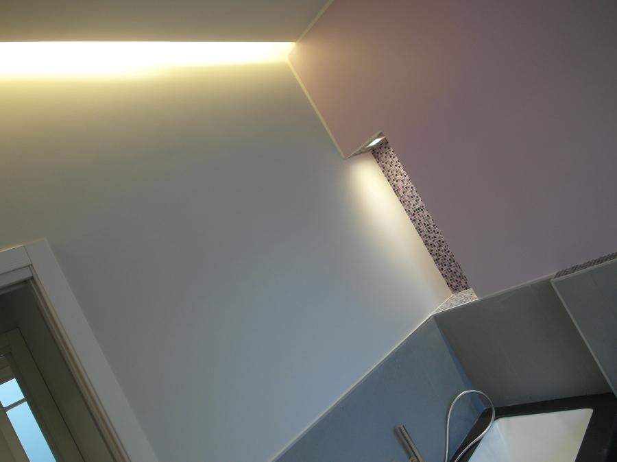 Foto tagli di luce in bagno e nicchie illuminate di - Bagno di luce capelli ...