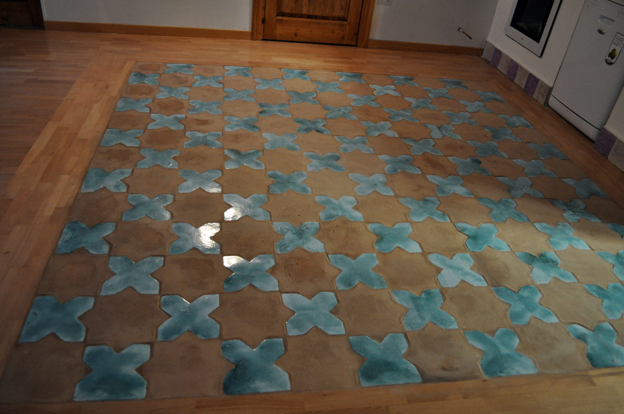Foto tappeto di piastrelle di cotto artigianale stelle for Piastrelle per salone