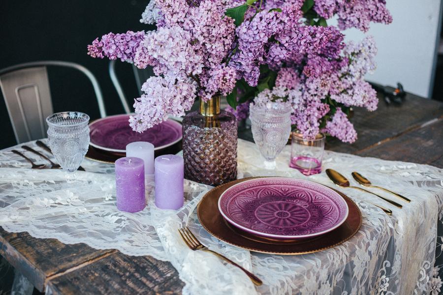 Tavola per due con fiori viola